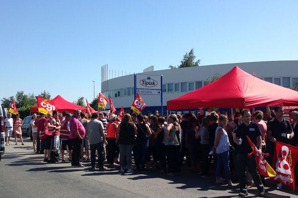 Les salariés des 5 sites de Tipiak se sont rassemblés pour débrayer ensemble, à Saint Herblain, et protester contre la prime de 540 00 euros perçue par leur patron.