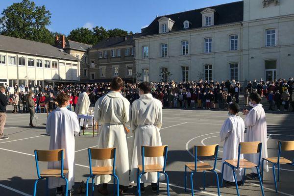 Grande messe ce mardi matin 25 mai dans la cour de Blanche de Castille en présence d'une partie des collégiens et lycéens en l'honneur des 4 dernières soeurs ursulines qui vont quitter l'établissement après 4 siècles de présence.