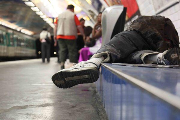 Un SDF assoupi dans le métro parisien (illustration).