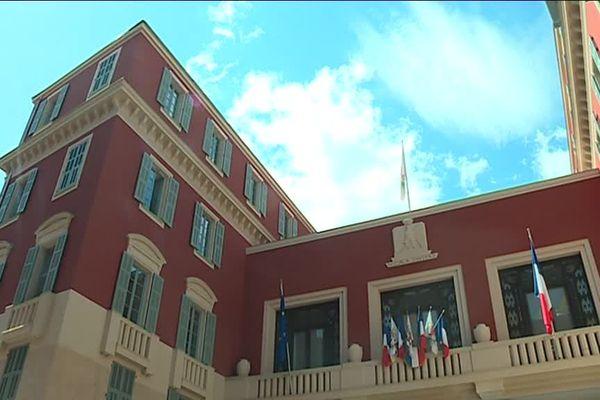 Les époux ont dit oui à 14 heures dans la salle des mariages de la mairie de Nice.