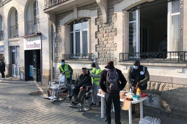 Des coupes de cheveux offertes aux SDF à Nantes, le 6 mars 2021