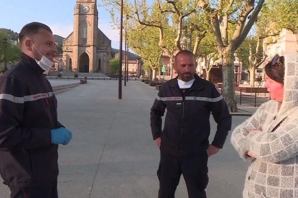 La cellule médiation des sapeurs-pompiers du Gard va à la rencontre des habitants de la Grand-Combe deux fois par semaine, pour rappeler à la population les règles du confinement et les gestes de sécurité face à l'épidémie de coronavirus.