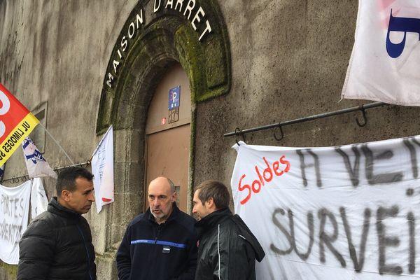 A Limoges, à 6 heures ce matin, près d'une vingtaine de surveillants étaient présents devant la prison.
