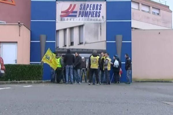 Les pompiers sont venus manifester devant la Direction du SDIS 71 à Mâcon, lors de la tenue d'une réunion de dialogue social mardi 21 janvier