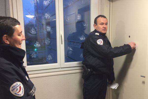 Les policiers de Brest font du porte à porte pour évacuer les habitants qui vivent dans le périmètre concerné par le déminage de la bombe
