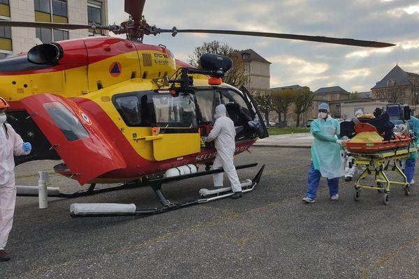 Les équipes du Dragon 50 lors d'un transfert de patients Covid 19 vers les hôpitaux de l'ouest.