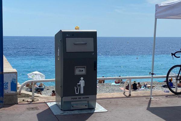 Les poubelles fonctionnent à l'énergie solaire.