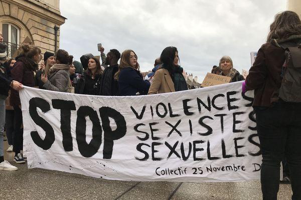 Plusieurs centaines de personnes rassemblées ce samedi après-midi, place de la Libération à Dijon