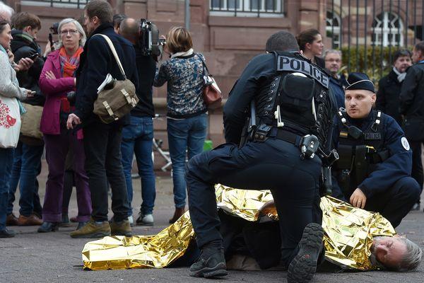 Lundi 12 novembre, place Broglie à Strasbourg, un des grévistes de la faim est tombé, trop fatigué. Pierre Rosenzweig a dû être hospitalisé. Il a dû stopper sa grève de la faim pour raisons médicales.