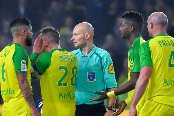 Tony Chapron après son geste sur Diego Carlos (non représenté), lors du match de Ligue 1 entre Nantes et le PSG,  le 14 janvier 2018 au stade de La Beaujoire.