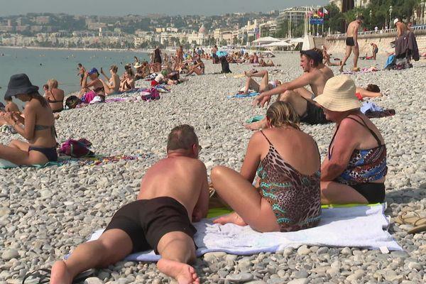 L'arrêté préfectoral du 17 janvier dernier  interdit notamment les rassemblements de plus de 10 personnes sur les plages de Nice. Sur la Promenade des Anglais, les baigneurs ont dû se retrouver par petits groupes.