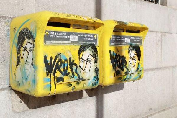 Deux portraits de Simone Veil dessinés par l'artiste C215 sur deux boîtes aux lettres, situés sur la façade de la mairie du 13e arrondissement, ont été tagués de croix gammées.