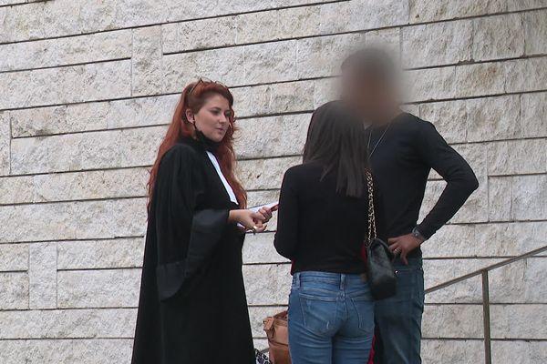 La victime, de dos, avec son avocate devant le palais de justice de Bayonne