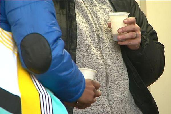 Des pensionnaires du centre d'hébergement de nuit d'Antibes. 32 places y sont disponibles pour les sans abris.