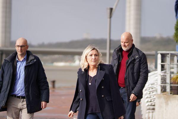 En ce jeudi 13 février, Marine Le Pen se rend au meeting RN pour les municipales 2020 sur les quais de Rouen accompagnée, en arrière plan, de son garde du corps Thierry Légier.