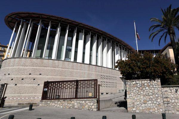 L'audience se tient au palais de justice de Grasse.