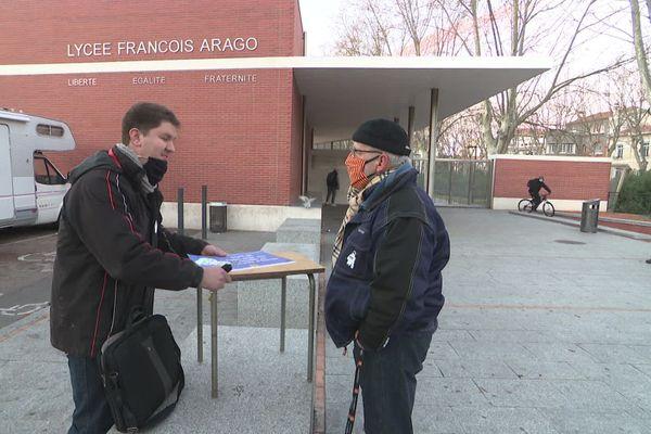 Ce mardi matin 12 janvier, la FCPE 66 a fait signer une pétition pour demander le remplacement pérenne d'un enseignant, absent depuis deux mois parce que personne à risque pour la Covid-19, mais non remplacé.