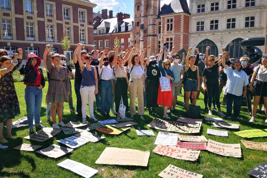Remaniement : un rassemblement féministe à Amiens contre la nomination de Gérald Darmanin et d'Éric Dupond-Moretti