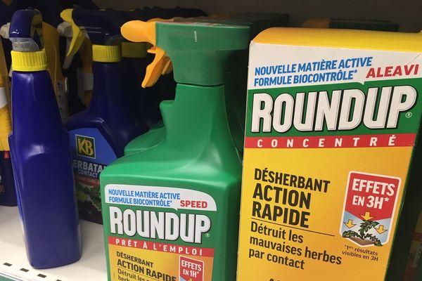 """Le Roundup est toujours en vente dans les grandes surfaces, mais sa nouvelle formule """"biocontrôle"""" ne contient plus glyphosate. L'herbicide chimique a été remplacé par du vinaigre."""