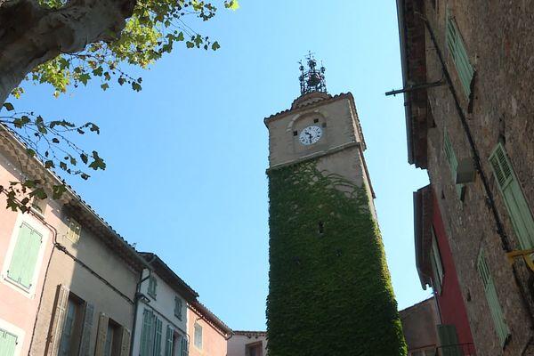 La tour de l'horloge de la Roquebrussanne construite en 1616 surplombe les 2540 habitants de ce village varois