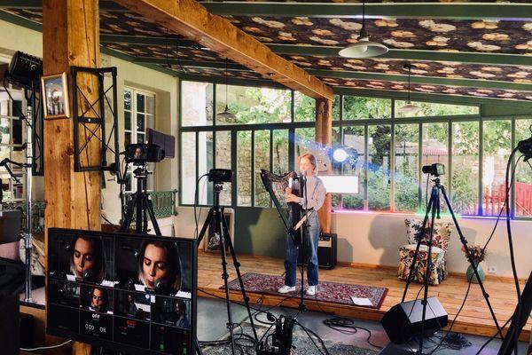 Une artiste enregistre sa session live solidaire Contretemps.