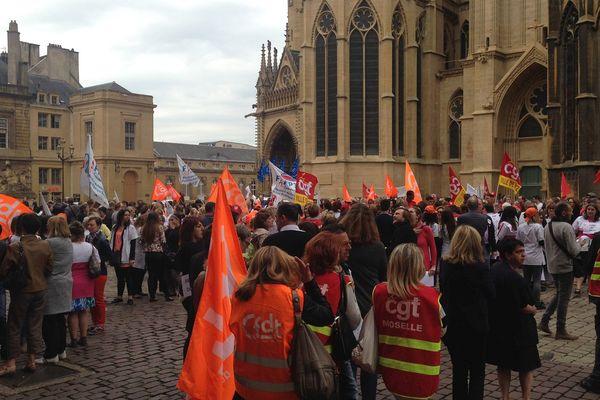 Les agents municipaux en grève se sont rassemblés place d'Armes à Metz.