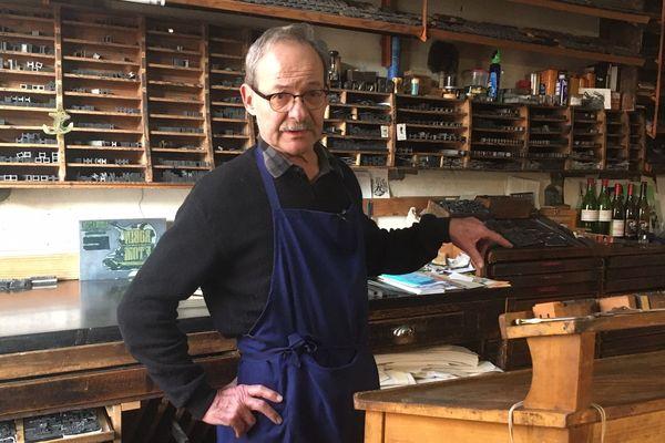 Michel Bon est imprimeur à l'ancienne à Rochefort.