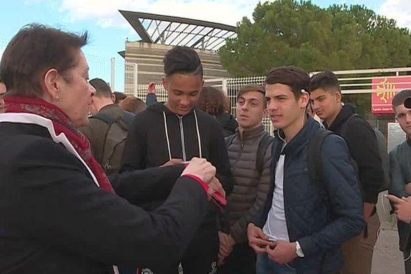 Lattes (Hérault) - la proviseure de Champollion et les lycéens discutent devant l'établissement - 24 février 2017.