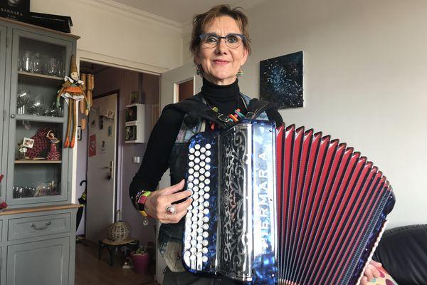 Terminé, l'accordéon confiné dans l'appartement, les fées ont dit à Pascala d'aller jouer dehors!