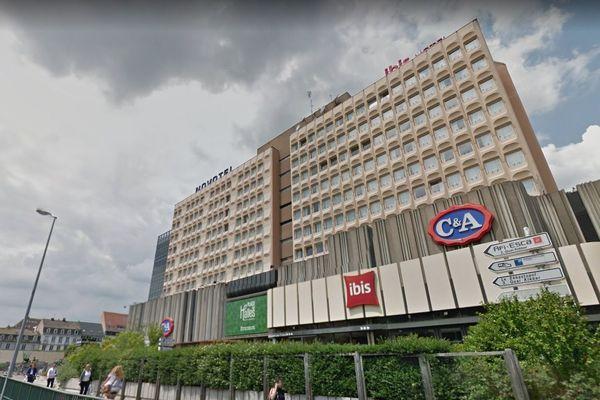 L'hôtel Ibis des Halles occupe une dizaine d'étages s'étendant au-dessus du centre commercial du même nom.