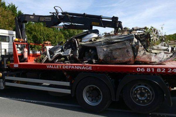 Le véhicule 406 Peugeot après l'accident mortel qui a tué 4 passagers et gravement blessé un cinquième.