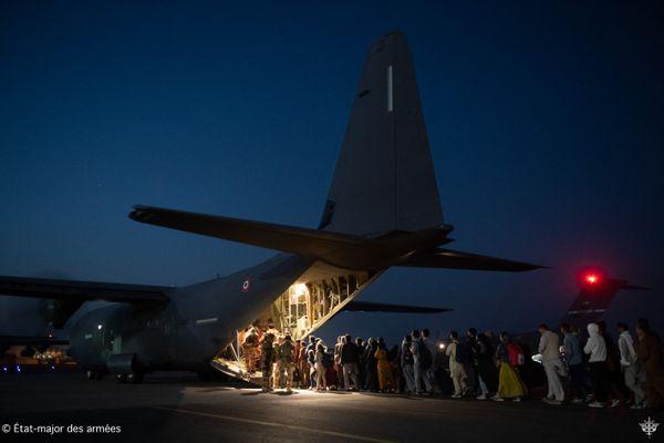 Cette photo réalisée par l'Etat major des armées montre des ressortissants afghans évacués de l'aéroport de Kaboul par la France le 26 août 2021.