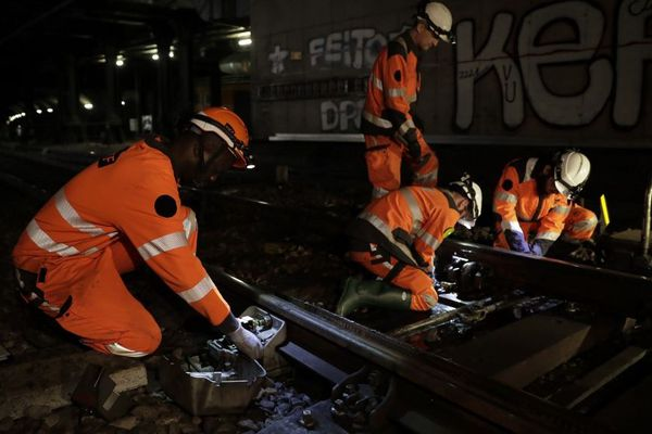 Des ouvriers sur un chantier du RER C en janvier 2018.