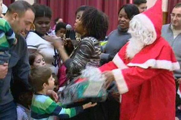 Le père Noël a distribué des cadeaux à des enfants défavorisés de Dijon, lors d'une fête organisée salle Devosges