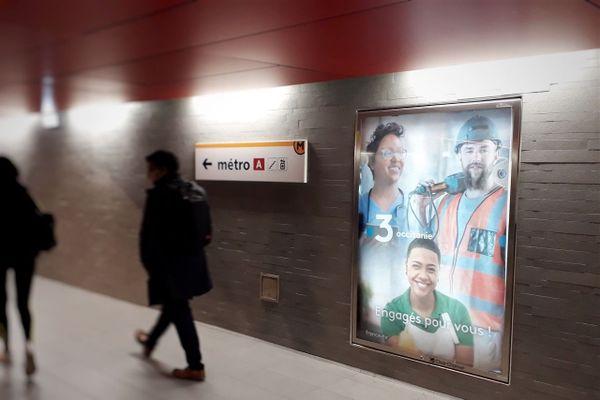 """Affiche """"Engagés pour vous !"""" dans le métro toulousain."""