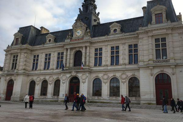 Les randonneurs passent devant l'hôtel-de-ville de Poitiers.