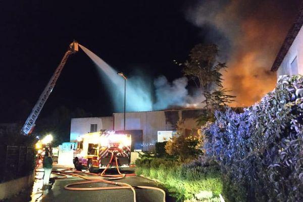 L'action rapide des premiers engins a permis de mettre en sécurité les occupants et de sauvegarder l'habitation attenante à l'entrepôt.