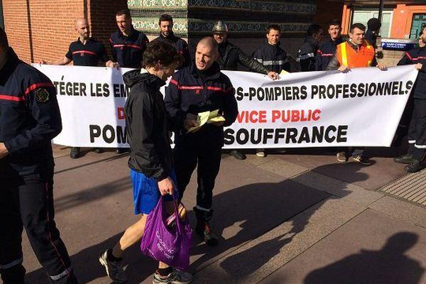 La distribution de tracts des pompiers devant le bureau de vote de la primaire du PS à Toulouse, dans le quartier Saint-Cyprien