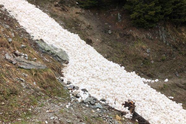 L'avalanche serait due aux températures plus douces de ces derniers jours, selon la pisteuse secouriste.