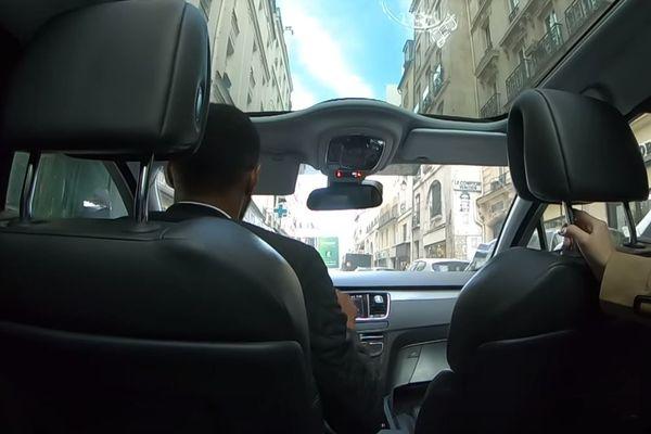 Capture d'écran de la vidéo publiée par le couple de touristes thaïlandais, auquel un taxi clandestin réclame 247 euros pour une course Roissy-Paris.