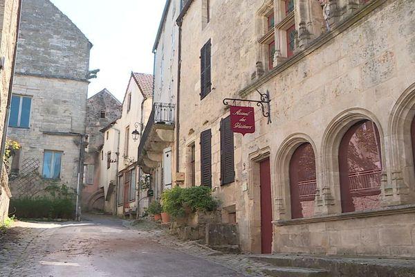 Flavigny-sur-Ozerain, un des plus beaux villages de France, vit au rythme du confinement imposé par la lutte contre le COVID-19