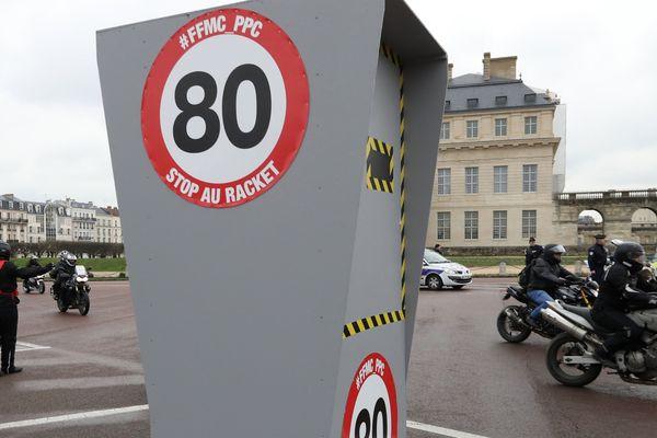 """Des stickers """"stop au racket"""" apposés sur des radars, lors d'un mouvement de protestation contre les 80km/h."""