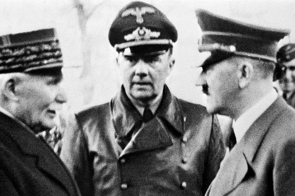 Le chef d'Etat français Philippe Pétain serre la main du chancelier Adolf Hitler à Montoire-sur-le-Loir le 24 octobre 1940.