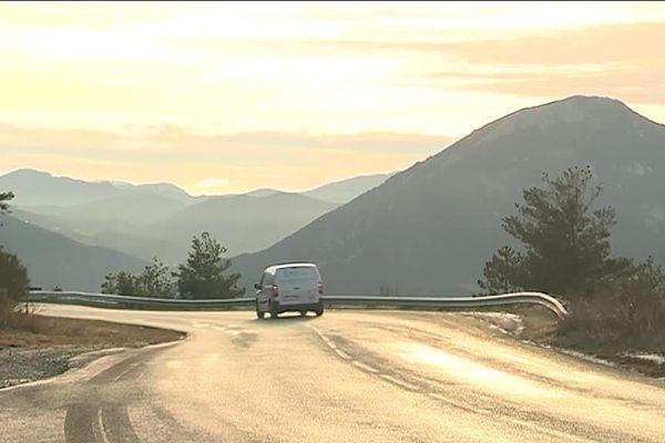 A bord de sa camionnette, un orthoptiste mobile, sur les routes des Alpes de Haute Provence