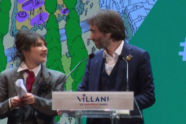 Invitation surprise de la comédienne et humoriste Marie s'infiltre lors du meeting de Cédric Villani au Trianon à Paris le 5 février 2020.