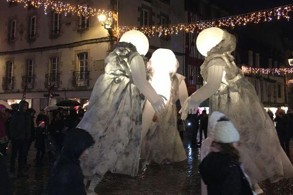 Les Échappées de Noël à Quimper proposent des déambulations artistiques très visuelles (ici la compagnie des Quidams) en cette période de fêtes