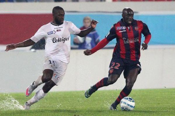Le joueur du Gazelec Ajaccio Issiar Dia associé au Guingampais Sloan Privat