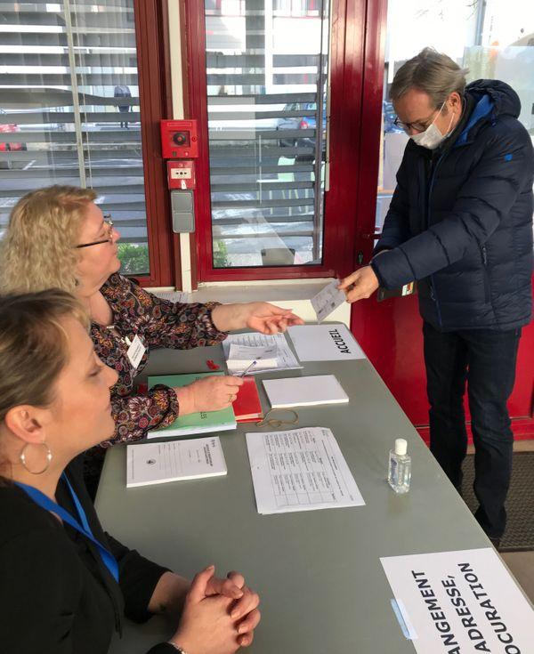 Masque et précaution de rigueur pour voter, ici à Reims.