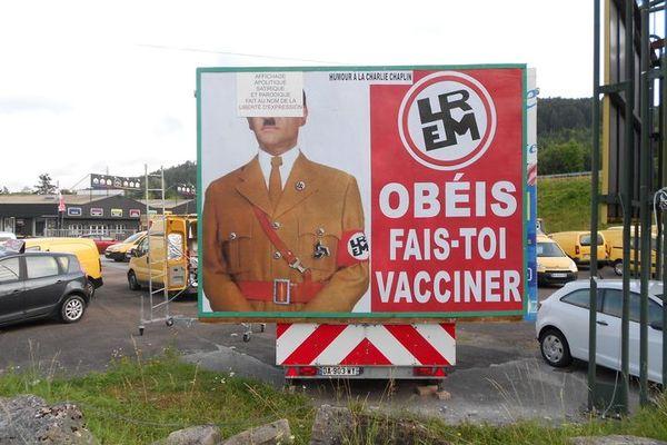 Champagnole, Jura : l'affiche de Max Marandet, devant son garage