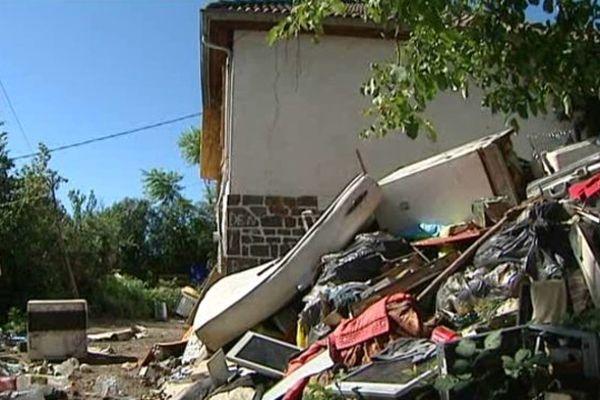 Les roms occupent cette maison et ce terrain, dans un état déplorable, depuis début 2012.